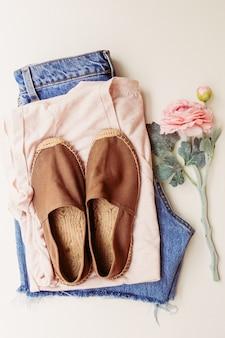 Idealna odzież na letnie stylizacje: koszula, jeansy, buty. widok z góry.