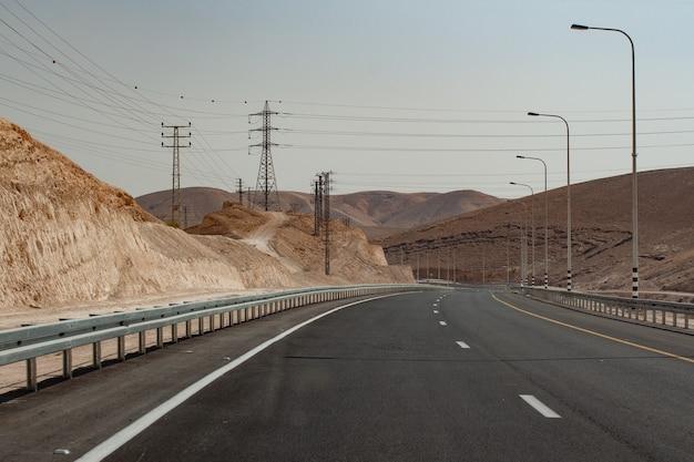 Idealna pusta górska droga w upalny letni dzień