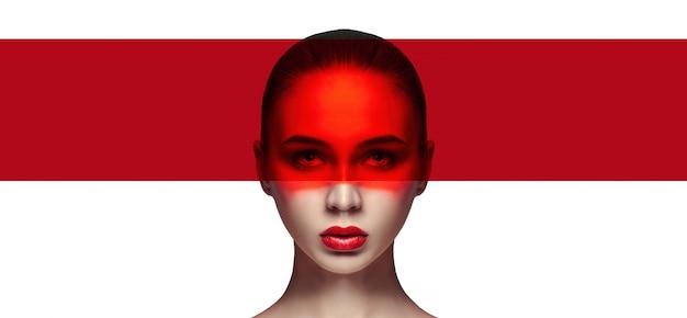 Idealna skóra i naturalny makijaż, pielęgnacja skóry, naturalne kosmetyki. długie rzęsy i duże oczy, czerwony film na twarzy. piękna atrakcyjna.