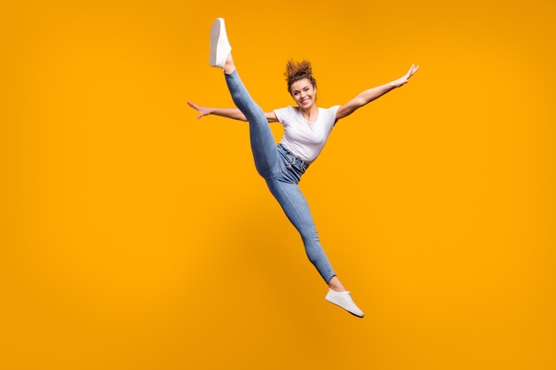 Idealna szczupła, pełna wdzięku, wesoła dziewczyna skacząca