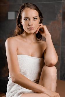 Idealna twarz modelki w spa. piękno portret młodej kobiety w ręcznik. pielęgnacja skóry i ciała.