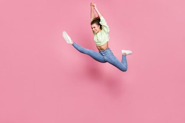 Idealna wesoła dziewczyna skacząca do biegania
