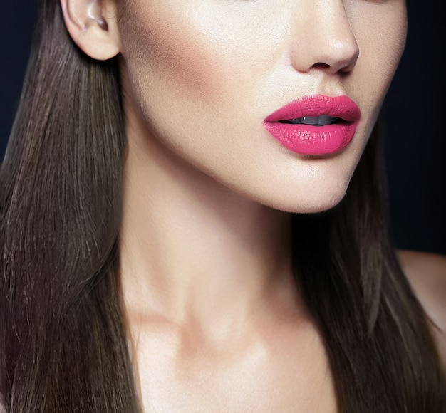Idealne różowe usta seksownej pięknej modelki