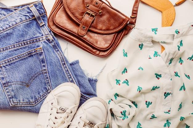 Idealne ubrania na letnie stroje: koszula, dżinsy, torba, buty. widok z góry.