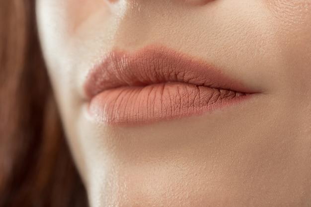 Idealne usta. piękna młoda kobieta uśmiech. naturalna pełna warga. zamknij szczegóły