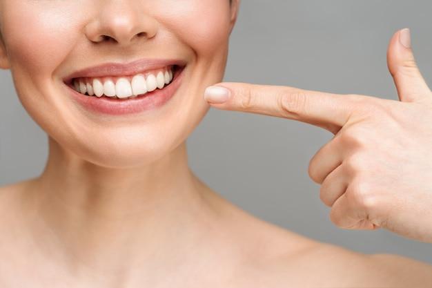 Idealne zdrowe zęby uśmiech młodej kobiety wybielanie zębów koncepcji stomatologii stomatologicznej