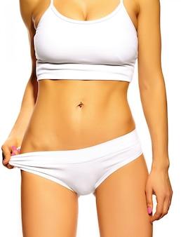 Idealne zmysłowe sportowe dziewczyny kobiece ciało w białej bieliźnie