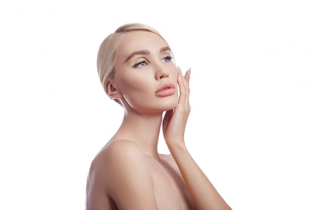 Idealnie czysta skóra kobiety, kosmetyk na zmarszczki. efekt odmładzający w pielęgnacji skóry. oczyścić pory bez zmarszczek. kobieta blondynka na białej ścianie izolować, miejsce. zdrowa skóra twarzy