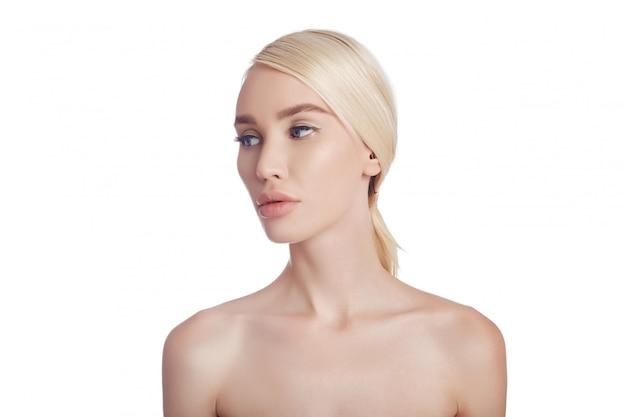 Idealnie czysta skóra kobiety, kosmetyk na zmarszczki. efekt odmładzający
