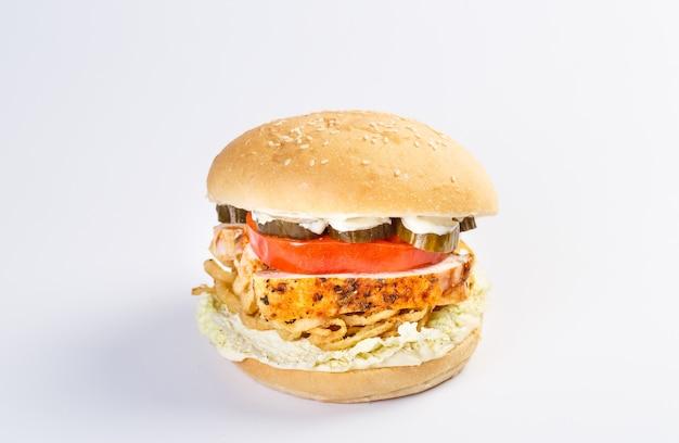 Idealny hamburger z serem, boczkiem, piklami, pomidorem, cebulą i sałatą.