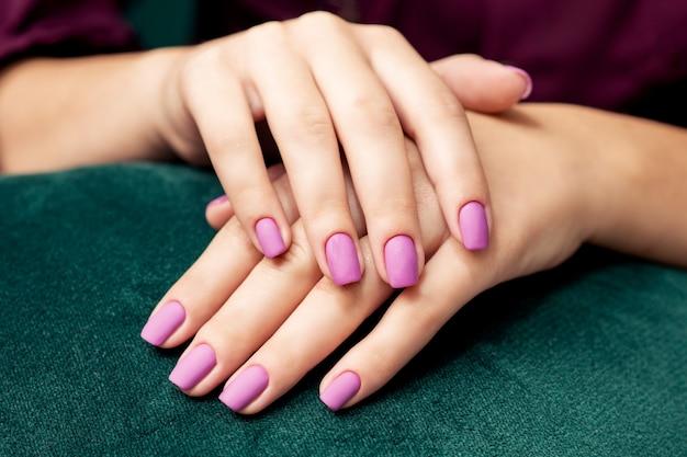 Idealny modny stylowy fioletowy matowy manicure.