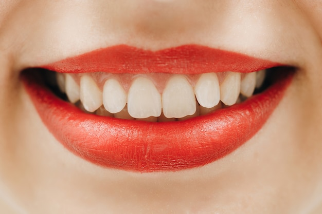 Idealny uśmiech po wybielaniu. opieka stomatologiczna i wybielanie zębów.