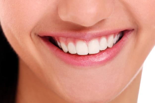Idealny uśmiech z białymi zębami, zbliżenie
