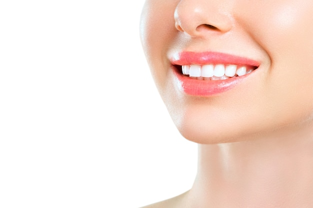 Idealny zdrowy uśmiech młodej kobiety