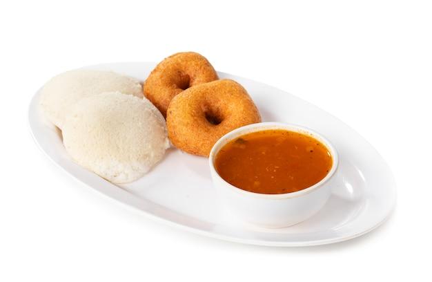 Idli, sambar, vada i chutney kokosowy, południowoindyjskie śniadanie