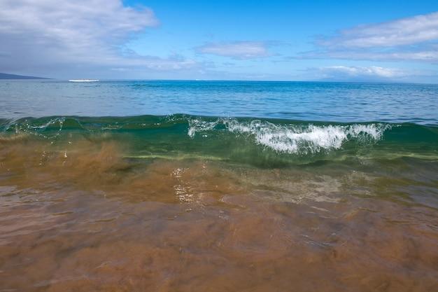 Idylliczna scena plaża w tajlandii tropikalne błękitne morze i piaszczysta plaża w tle