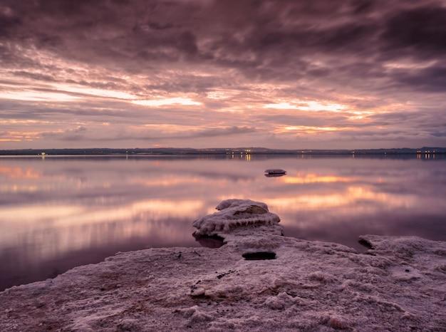 Idylliczne różowe słone jezioro w torrevieja, alicante, hiszpania