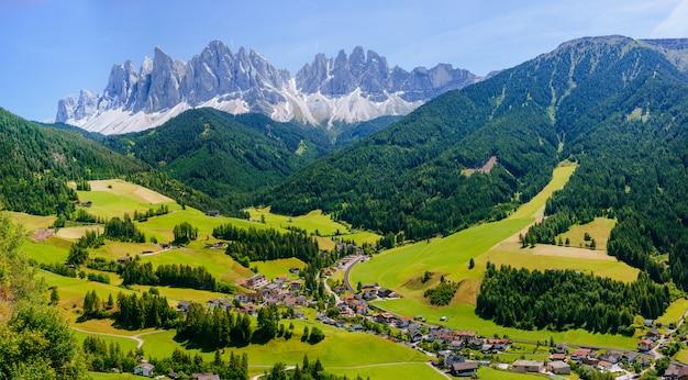 Idylliczny letni krajobraz w alpach