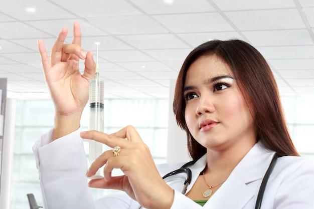 Igły doktorska spojrzenia strzykawki kobieta