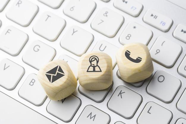 Ikona biznes i e-commerce na klawiaturze komputera