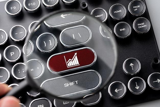 Ikona biznesu i strategii na klawiaturze komputera w stylu retro