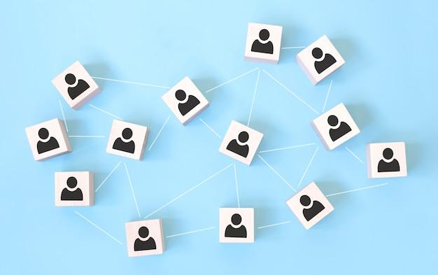 Ikona bloku drewnianej kostki z siecią połączeń i koncepcją pracy zespołowej