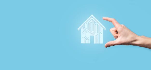 Ikona domu trzymaj rękę. inteligentny dom kontrolowany, inteligentny dom i koncepcja aplikacji automatyki domowej. projekt pcb i osoba z inteligentnym telefonem. koncepcja sieci internetowej innowacji technologii.