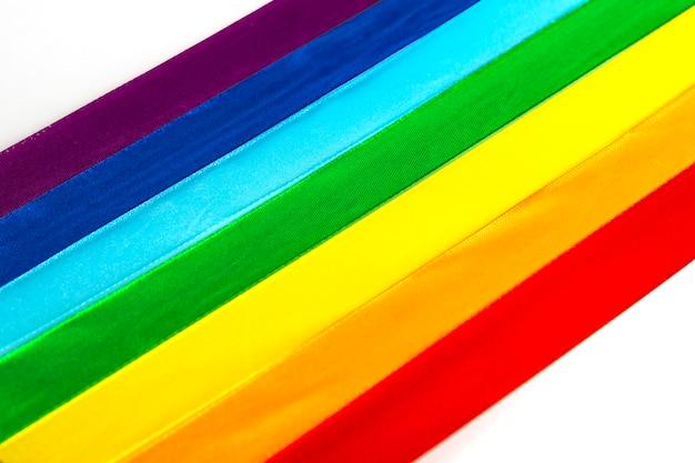 Ikona flagi satynowej wstążki lgbt na białym tle