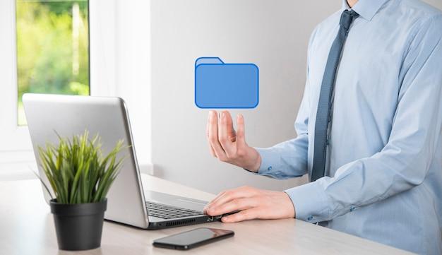 Ikona folderu trzymania dłoni. system zarządzania dokumentami lub konfiguracja dms przez konsultanta it z nowoczesnym komputerem wyszukują zarządzanie informacjami i plikami firmowymi. przetwarzanie biznesowe