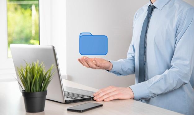 Ikona folderu trzymania dłoni. system zarządzania dokumentami lub konfiguracja dms przez konsultanta it z nowoczesnym komputerem wyszukują zarządzanie informacjami i plikami korporacyjnymi. przetwarzanie biznesowe.