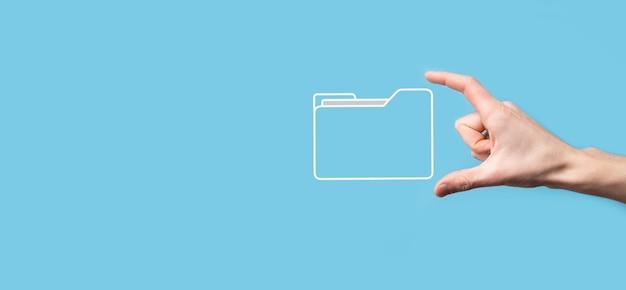 Ikona folderu z uchwytem ręki. system zarządzania dokumentami lub konfiguracja dms przez konsultanta it z nowoczesnym komputerem przeszukują informacje zarządcze i pliki korporacyjne. przetwarzanie biznesowe.
