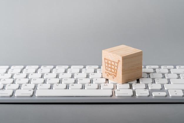 Ikona koncepcja strategii biznesu, marketingu i zakupów online na klawiaturze sześcianu i komputera
