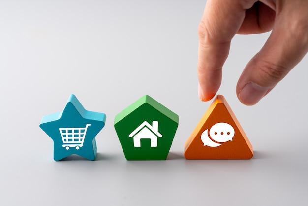 Ikona zakupy online na kolorowe puzzle dla globalnej koncepcji
