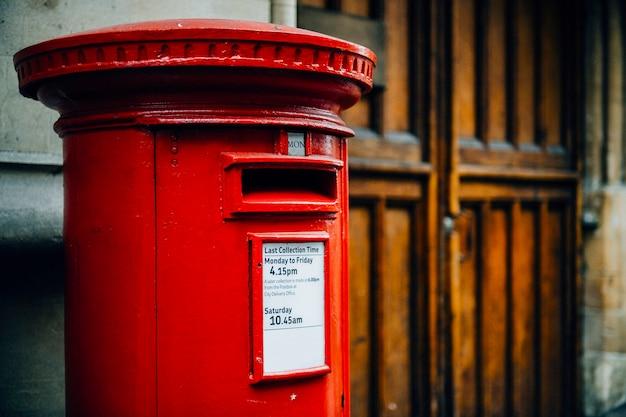 Ikonowa czerwona brytyjska skrzynka pocztowa w mieście