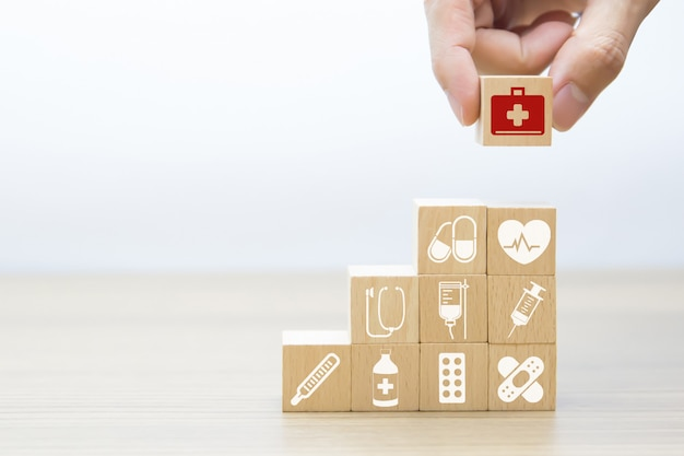 Ikony graficzne medyczne i zdrowotne na klockach drewnianych.