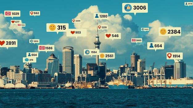 Ikony mediów społecznościowych przelatują nad centrum miasta, pokazując połączenie zaangażowania ludzi