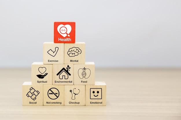 Ikony promocji zdrowia na drewnianym bloku koncepcji.