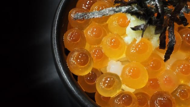 Ikura łosoś ikura ikura podana z ryżem i topem z japońskimi wodorostami ikura don bardzo sławny