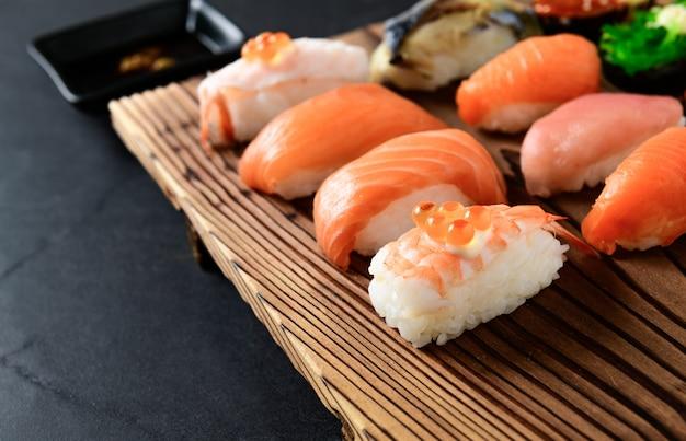 Ikura na sushi z krewetkami i sashimi sushi