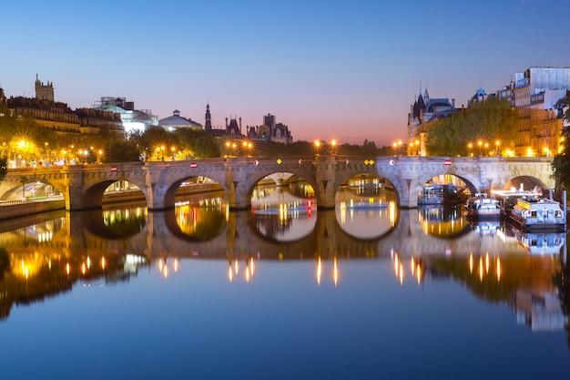Ile de la cite i pont neuf w paryżu podczas porannej niebieskiej godziny, francja