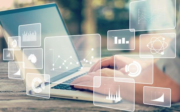 Ilustracje analityki biznesowej i ludzkie ręce pracujące na laptopie