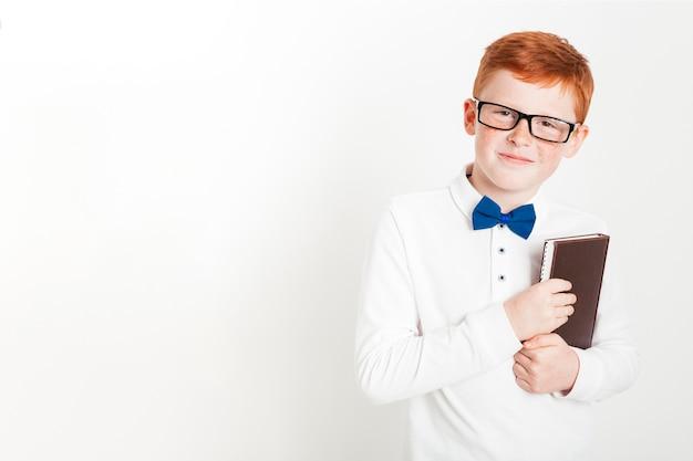Imbirowa chłopiec z książką i copyspace