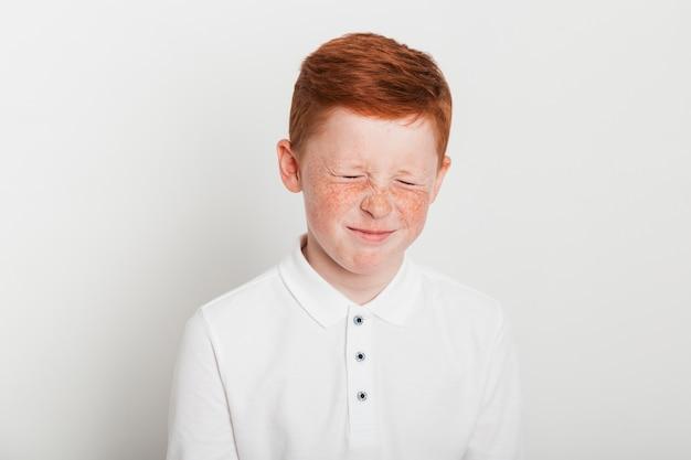 Imbirowa chłopiec z smutnym wyrażeniem