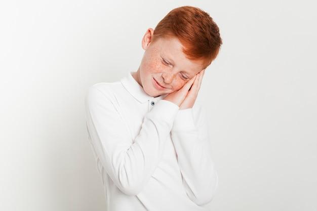 Imbirowa chłopiec z zmęczonym wyrażeniem