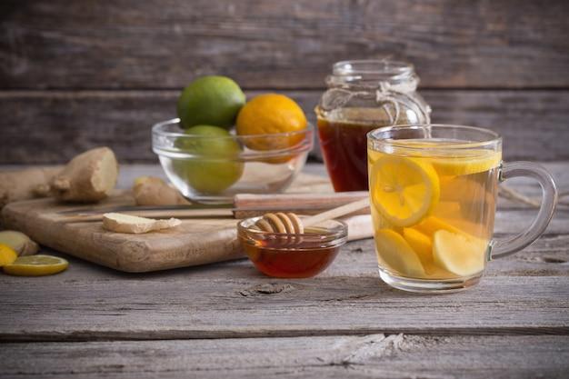 Imbirowa herbata i składniki na grunge drewnianej przestrzeni