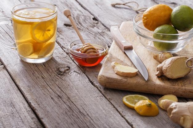 Imbirowa herbata i składniki na grunge drewnianym stole