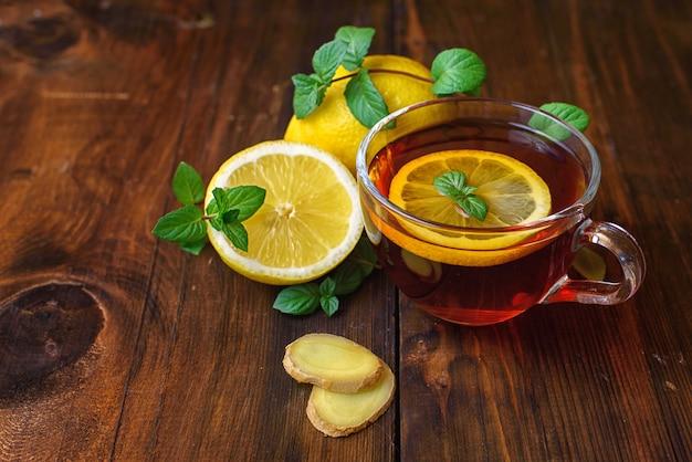 Imbirowa herbata z cytryną na ciemnym drewnie