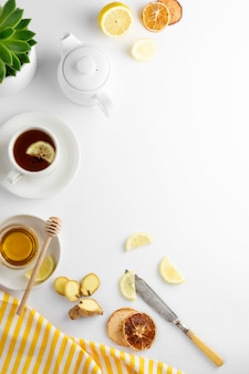Imbirowa herbata z cytrynową miodową gorącą jesienią, zimowy napój biały z copyspace leżał płasko.