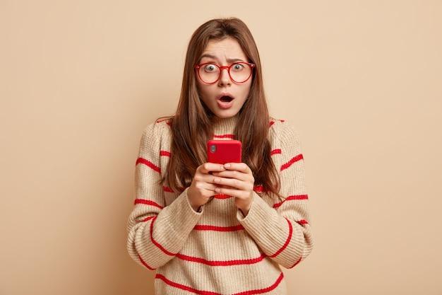 Imbirowa nastolatka nosi czerwone okulary