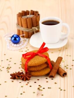 Imbirowe ciasteczka, mleko i świąteczne dekoracje na jasnej powierzchni